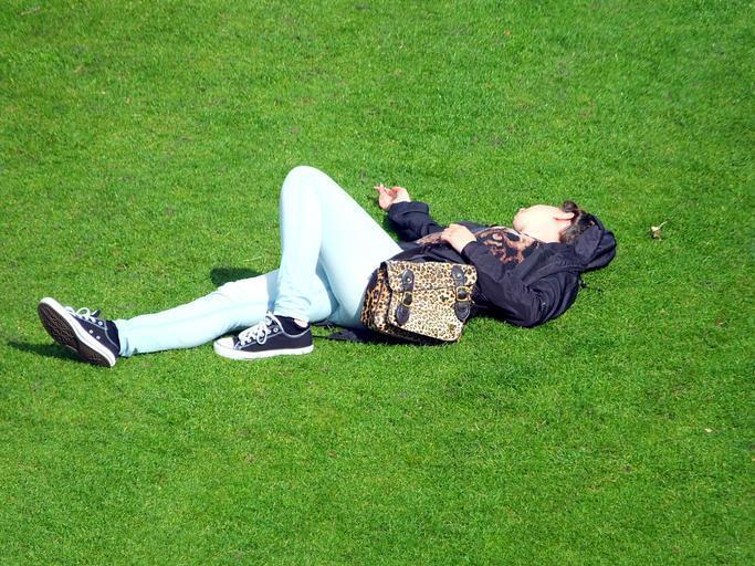 odpočinek na trávníku