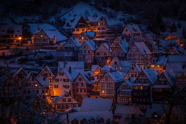 zasněžená vesnice