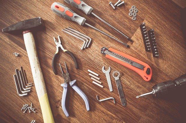 sada nástrojů na dřevěném stole seřazena a organizována