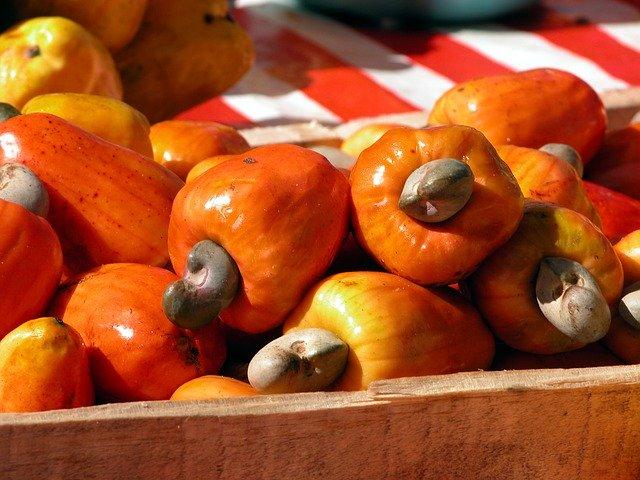 ovoce kešu v dřevěné přepravce